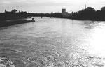 Blick vom Kraftwerk Birsfelden Richtung Innerstadt im Jahre 1970, rechts das schöne ROCHE-Hochhaius von 1961