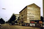 Die Wohnhäuser mit der weit sichtbaren RHEINBRÜCKE-Werbung am Zoll Lysbüchel (Grenze nach nach St.Louis), 1975