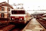 Eine Schnellzug-Lokomotive der SNCF im Französichen Bahnhof in Basel, 1980