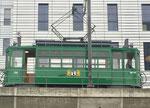 Der Trammotorwagen Be 2/2 Nr.156 verlässt die Haltestelle «Peter Merian», November 2018