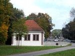 Eines der Pumphäuser beim Wasser-Rechen des Lange Erlen-Kanals, 2015