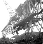 Die Kranbahn mit der integrierten Kohlen-Verteil-Anlage der Rheinischen Kohlenumschlags AG während der Arbeit, 1960