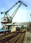 Der Kran Nr.2 der SRN (ehemals NEPTUN) im hinteren Teil des Hafenbeckens 1 im Jahre 1983