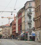 Die Klybeckstrasse 2018 - im weissen Eckhaus war in den 60er-Jahren der Kolonialwarenladen Hollermeyer, links daneben war das Fahrradgeschäft Chabeau und im roten Eckhaus (mit Spitzaufbau) war die Metzgerei Eiche