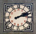 Die markante Uhr in der Schalterhalle des Bad.Bahnhof (Baujahr 1913)
