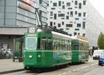 Der Trammotorwagen Be 4/4 Nr.464 an der Haltestelle Bahnhofeingang Gundeldingen, 2015
