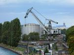 Der SILAG-Kran vom St.Johann-Hafen am neuen Standort - leider auf der anderen Seite des Rheins und umfunktioniert zu einem «Party-Schuppen», September 2017
