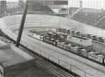 Ein seltenes Bild von der Basler Radrennbahn in der MUBA-Halle 6, 1958 (aus dem Baslerstab entnommen, Fotograf: ?)