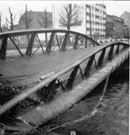Der Einsturz der Wiesenbrücke (Eisenbogenbrücke), Ein Arbeiter hat einen Träger durchschnitten, Blick Richtung öffentl.Badeanstalt, 5.Dezember 1960