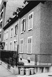 Das Wohnhaus Bläsiring 129 (Baujahr 1882) mit den legendären Ochsner-Mistkübeln im Vordergrund, 1958
