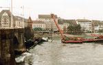Der schwimmende Spezialkran «Korsar» beginnt mit der Bergung des Lastkahns «Corona». 30.September 1984