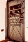 Das schöne Wandbild am Rheinsprung:  «Die Gänseliesel» von Samuel Buri. Diese Wandmalerei sieht aus wie eine schwarzweisse Bildvorlage, daneben die Utensilien des Malers auf einem Baugerüst. Eine perfekte optische Täuschung, 1980