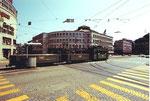 Ein Tramzug der Serie Be 2/2 mit zwei der berühmten und sehr beliebten Badwännli-Wagen vor der Markthalle, 1972 (leider dürfen heute diese Anhängewagen wegen übertriebenen Sicherheitsvorkehrungen nicht mehr fahren!!!!!)