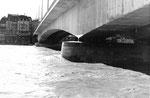 Die neue Johanniterbrücke mit Blick gegen das Grossbasel beim Hochwasser 1970