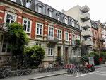 Schöne wohnliche Häuser (mit einer Ausnahme) in der Mörsbergerstrasse im Jahr 2018. Im Haus neben dem Betonklotz war die Praxis von Kinderarzt Dr.Deuber