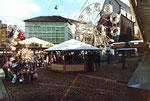 Ein schönes Bild von der über 500-jährigen Tradition der Herbstmesse Basel auf dem Barfüsserplatz mit dem Riesenrad, 1971