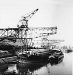 Das Hafenbecken 1, der Kohlen-Kran der Rheinischen Kohlenumschlags AG während des entladens eines Schiffes, 1960
