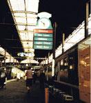 Die altbekannten Zug-Abfahrtstafeln im Bahnhof SBB auf dem Gleis 6 im Jahre 1982