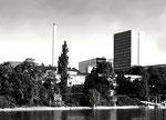 Das ROCHE-Hochhaus des Architekten Roland Rohn, vom Rhein aus gesehen, Baujahr 1961 (eine architektonische Anlehung an den UNO-Wolkenkratzer in New York)