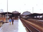 Der Bad.Bahnhof mit den grossen und praktischen Bahnhofshallen - Aussenbereich 1982 (Leider wurden diese Hallen sinnlos abgerissen und durch unzweckmässige  und hässliche Bahnsteigdächer ersetzt!)