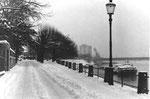 Der St.Johann-Rheinweg mit Blick gegen den St.Johann-Hafen im Winter 1958 (Im Hintergrund das Silo der SILAG)