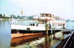 Das elegante Personenschiff «Rheinfelden» der BPG an der Anlegestelle in der Uferstrasse, 1982
