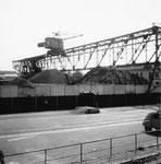 Die grosse und lange Kranbahn der Rheinischen Kohlenumschlags AG von der Westquaistrasse aus gesehen,  1960