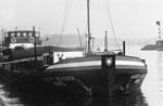 Das Frachtschiff «Albert Scherer« im Hafenbecken 1 beim Entladekran der NATURAL van Dam,, 1970