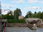 Die westliche Schleusseneinfahrt des Kraftwekes Augst, links eine der zahlreichen Laternen die einen Baselstab sybolisieren, ein Erkennungsmerkmal, dass dieses Kraftwerk in den Jahren 1908-1912 vom Kanton Basel-Stadt errichtet wurde