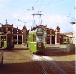 Der Trammotorwagen Be 4/4 Nr.403 auf der Doppellinie 1/4 vor dem schönen und grossen Depot Wiesenplatz, 1970