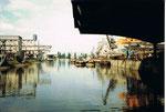 Der Basler Rheinhafen mit dem Hafenbecken 1 im Jahre 1980, rechts die Krananlagen der SRN (Schweiz.Reederei & Neptun)