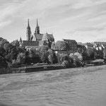 Das Münster mit den damals umstrittenen Pfalzbadhysli, 1958