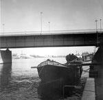 Die Dreirosenbrücke auf der Kleinbasler Seite mit dem Arbeitsschiff «Marie-Louise», 1970
