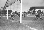 Der FCB-Torhüter Paul Wechlin während des Spiels FC Basel - FC Zürich (2:2) im Stadion Landhof im Juni 1943