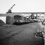 Die Kohlenumschlags-Reederei «Oberrhein AG» im unteren Teil des Hafenbeckens 1 im Jahre 1960