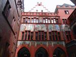 Der Innenhof des Rathauses in Basel mit den Wanmalereien von Hans Bock (1608 bis 1611), September 2016