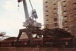 Dieser Kran wurde einige Jahre nach diesem Foto mit den Farben des FCB angemalt. Rechts die alte Fahrban eines abgebrochenen Krans. 1974