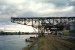 Der Klybeck-Hafen mit dem Kran der RGU (vorm.Rheinische Kohlenumschlags AG) 2001