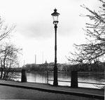 Der Elsässer-Rheinweg mit Blick gegen die Dreirosenbrücke und dem Kleinbasel mit dem Rheinschulhaus und der CIBA,1960