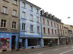 """Häuserreihe an der Feldbergstrasse zwischen Klybeckstrasse und Erasmusplatz, unter anderen das Haus """"Babyland-Wunderland"""" von Jäger und daneben das ehemalige """"Nuggihuus"""""""