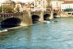 Im September 1984 havarierte der Lastkahn «Corona» an der Mittleren Brücke, 1984