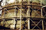 Der letzte der ursprünglich zwei Gaskessel mit Baujahr 1912, im Jahre 1975 kurz vor dem Abbruch, in der Fabrikstrasse