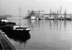 Die Rheinhafen-Einfahrt ins Hafenbecken 1 und 2 im Jahre 1975, in Hintergrund das Gebäude der Hafenmeisterei