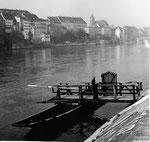 Der hölzerne Steg der Münsterfähre «LEU» am Unteren Rheinweg, 1958
