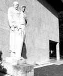 """""""Lehrer und Schüler"""", Statue von Alexander Zschokke vor dem Kollegiengebäude der Universität Basel, 1989"""