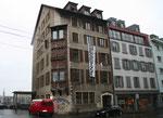 Das alte Postgebäude an der Elsässerstrase. Ein mit Recht besetztes Haus, mit dem die Besetzer darauf aufmerksam machten, dass immer wieder günstiger Wohnraum vernichtet wird, 2016 (Foto aus der Homepage der Besetzer)