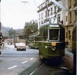Der Trammotorwagen Be 2/2 Nr. 435 auf der Linie 7 die Haltestell Bankverein anfahrend (der Wagenführer hat an der Schifflände vergessen das Endziel zu ändern, richtig wäre Binningen!!), 1969