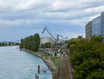 Die Uferstrasse mit den Tanklagern und dem ehemaligen Kran des St.Johann-Hafens (SILAG), September 2017