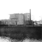 Das grosse Treibstofflager der BP mit dem Bürogebäude an der Uferstrasse bei der Wiesemündung,1975