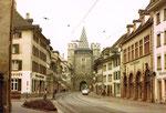 Die Spalenvorstadt und das Spalentor mit dem Haus des Basler Möbelhandwerks (rechts) 1970